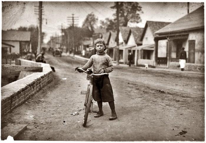 США мальчик с велосипедом