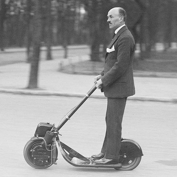 моторизованный старинный самокат