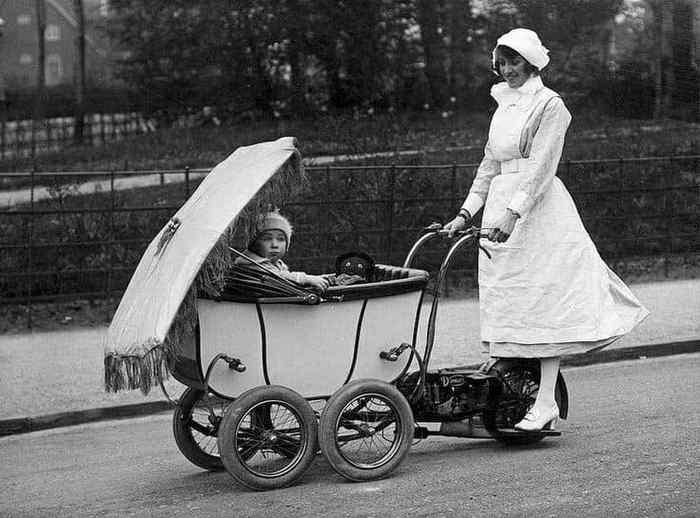 старинный мотосамокат с детской коляской