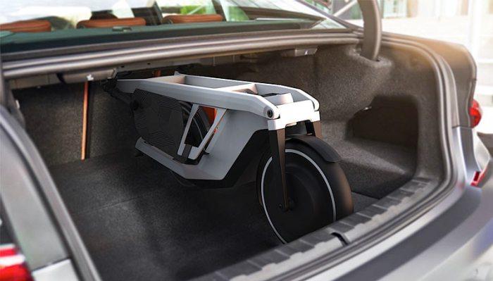 Электросамокат Clever Commute BMW в багажнике автомобиля