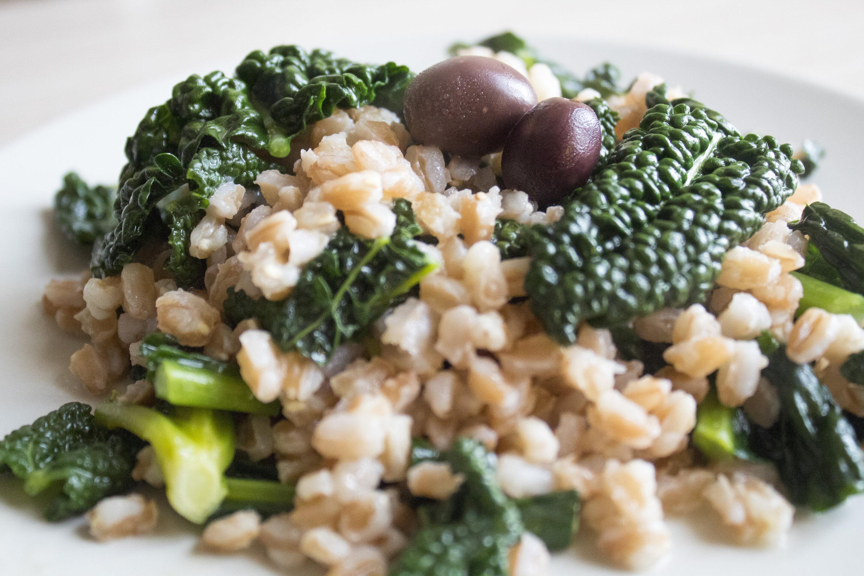 Farro con cavolo nero e olive