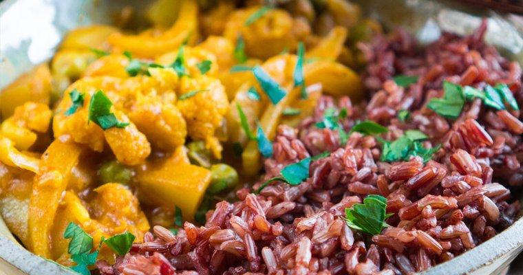 Bowl con curry di verdure invernali e riso rosso