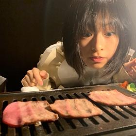 肉好きの森七菜が肉を焼く写真