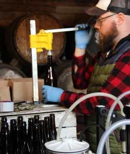 Teun die Cider bottelt