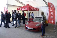 Darf natürlich auf keiner eCarTec fehlen - Tesla Motors Deutschland. Leider gibt es von Tesla keinen Messestand im Innenbereich, wo es sich vielleicht noch gemütlicher fachsimpeln lassen würde.