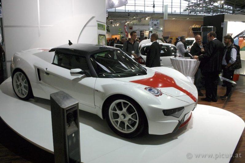 Haidlmair präsentierte auf dem Stand von German e-Cars seinen Hai 3. Leider ergab es sich nicht, nähere Details zu erfahren, aber ich vermute, dass der Antriebsstrang und die Akkus von German e-Cars sind, das Konzept und die Karosserie stammen jedoch von Haidlmair selbst. Ob und wann dieser Sportwagen made in Austria in Produktion gehen wird, ist mir zur Zeit nicht bekannt.