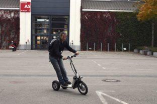 Nicht ganz so sportlich wie mein Elektroskateboard, aber auch lustig (obwohl ich fast einen Salto gemacht hätte, da die Bremsen recht giftig sind).