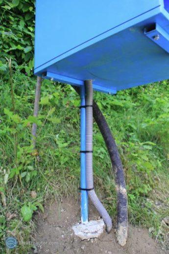 Das Erdkabel kommt von unten in den Kasten, so dass kein Regen eindringen kann. In den Leerschlauch daneben werden wir später ncoh eine 230 V-Leitung integrieren.