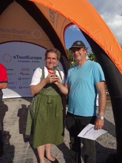 Bürgermeisterin Gabriella Gehmacher-Leitner mit dem Sieger in der Kategorie CO Peter Walser aus der Schweiz (Tesla Model S)