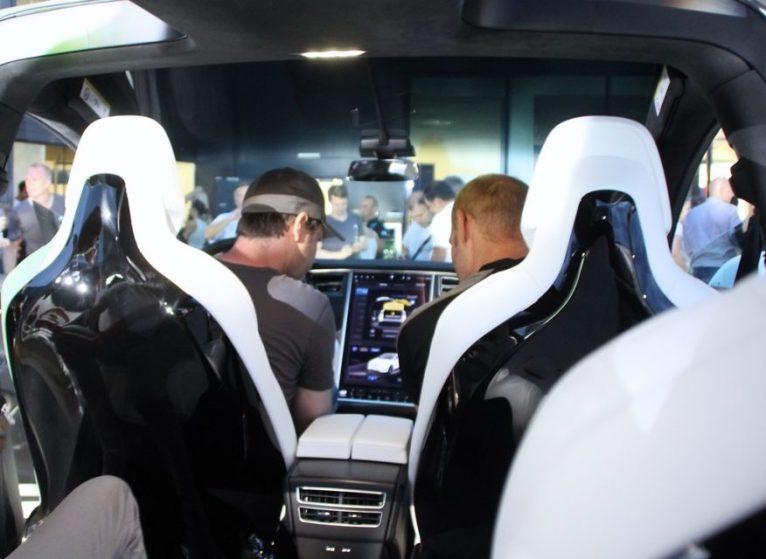 Großzügiger Innenraum: Ansicht aus der zweiten (von 3) Sitzreihe. Der Rückenteil der schönen weißen Sitze mit schwarzem Plastik in Klavierlack-Optik dürfte jedoch zu den Teilen im Tesla-SUV gehören, die besonders schnell Gebrauchsspuren hinterlassen werden. Foto: Volker Adamietz / Elektroautor.com