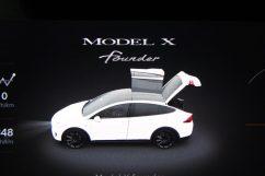 Model X Founder-Edition - auch im Fahrer-Cockpit eindeutig ersichtlich. Foto: Volker Adamietz / Elektroautor.com