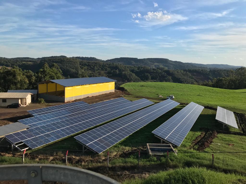 Sistema Fotovoltaico de 150kWp sendo instalado em Codilheira-SC é mais uma obra da Elekt Engenharia que já aponta crescimento na demanda por projetos e novos negócios.