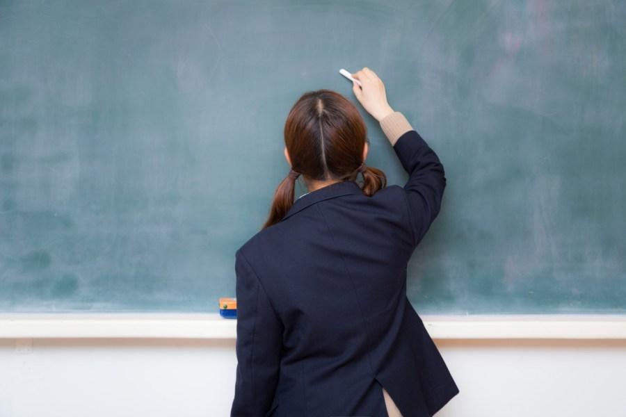 黒板の前の女子高生