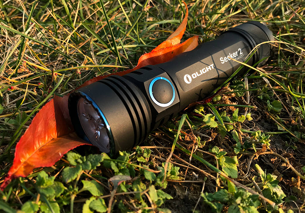Olight Seeker 2 fűben