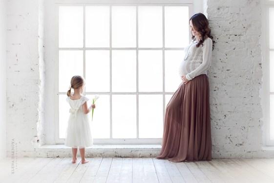 Фотосессия беременности с окном в пол
