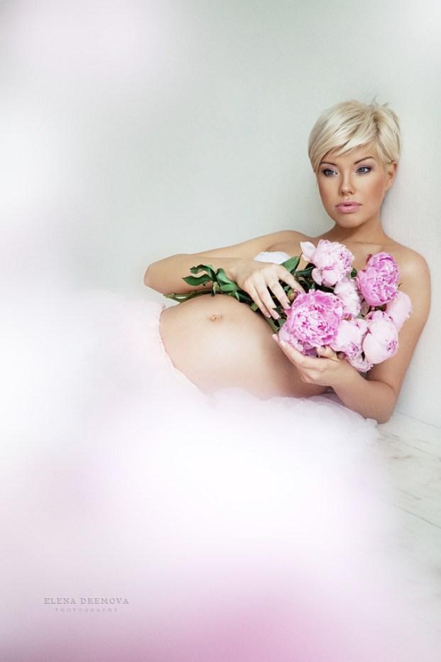 Фотосъемка беременной с цветами