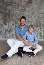 Папа с сыном на фотосъемке в студии