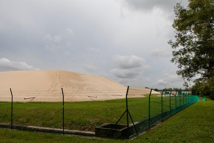 Depósito de arena al este del país, propiedad del gobierno de Singapur. Esta arena es usada tanto para desarrollo urbanístico y de construcción de viviendas como para proyectos de land reclamation.