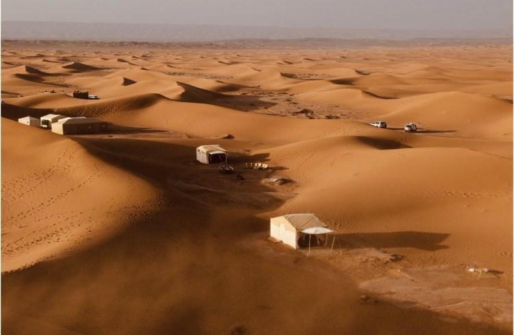 Vista delle tende nel deserto del Sahara in Marocco