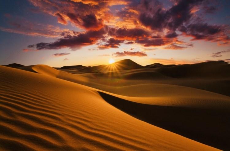 Suggestiva immagine del deserto del Sahara al tramonto