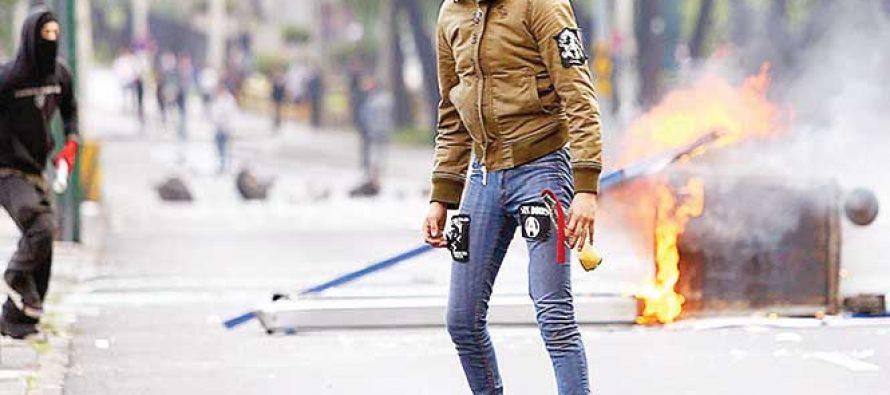 Lxs anarquistas bloquean Avenida Insurgentes Sur en la Ciudad de México el miércoles.