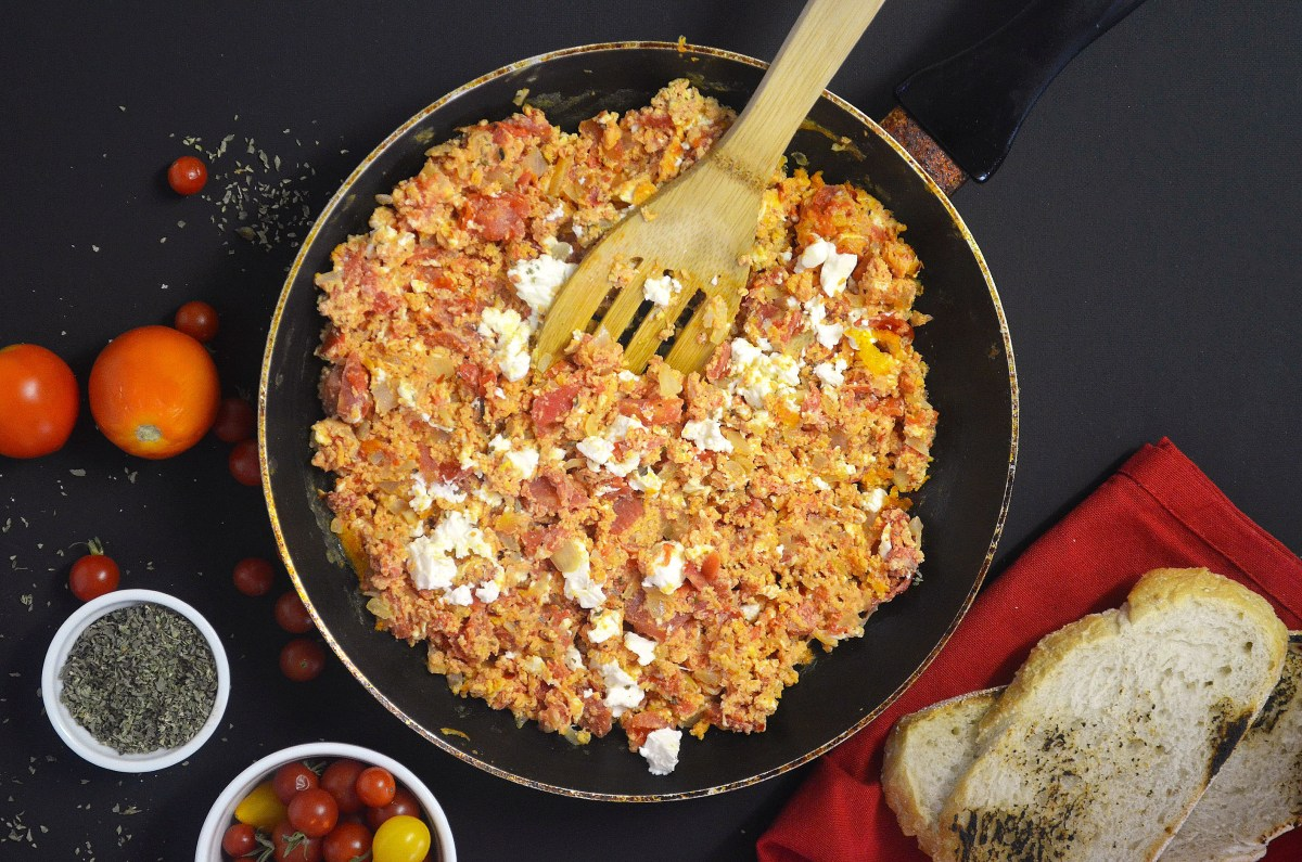 Strapatsada (Eggs with tomatoes)