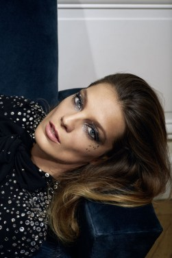 Smoky pailleté - Daria Werbowy - Photographe Collier Schorr - vogue.fr