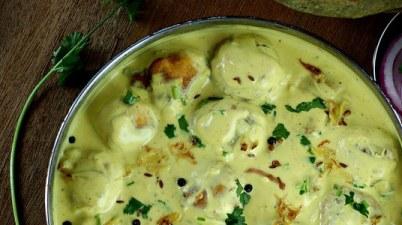Fried dumbling in yogurt sauce / punjabi kadhi pakoda