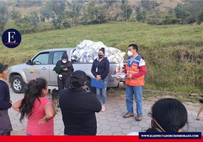 En la jornada del lunes 21 de septiembre, se continuó con la entrega de 750 kits adicionales y otros 2000 kits serán retirados de la ciudad de Riobamba para su posterior distribución en las comunidades afectadas. Foto GADM CHUNCHI.