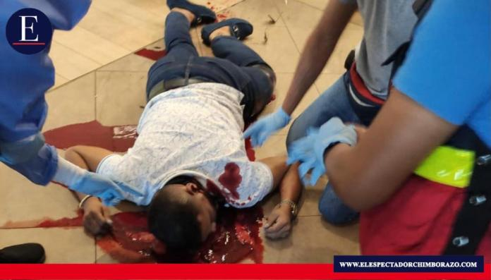 Momentos de terror vivieron los asistentes a un centro comercial en Manta, Manabí. Ahí se dio un ataque al estilo sicariato contra Jorge Luis Zambrano Gonzalez (líder de los Choneros). Foto: Aficionado.