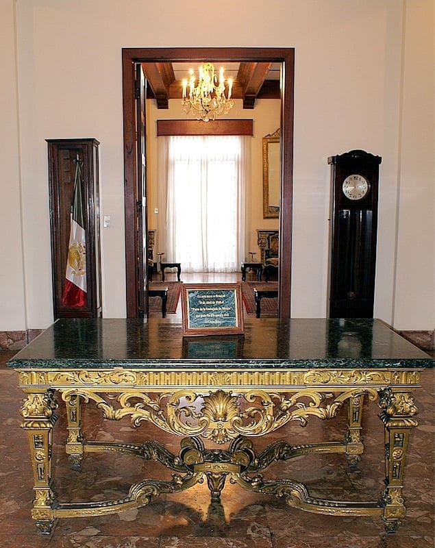 """Mesa donde se firmó el 19 de abril de 1948 el """"Pacto de la Embajada de México"""" que puso fin a la guerra civil."""