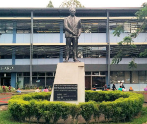 Estatua Rodrigo Facio Brenes en la UCR