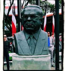 Busto de Manuel Mora en la Plaza de las Garantías Sociales