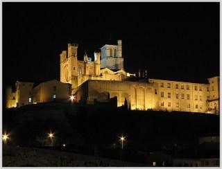 Utazás lakóautóval Béziers katedrális éjjel