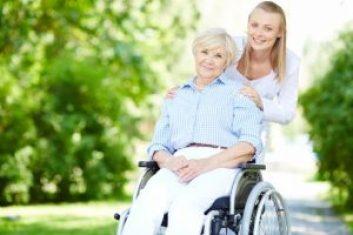 cuidadora ayudando a señora mayor accesibilidad y soluciones