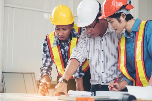 ingenieros y arquitecto hablando