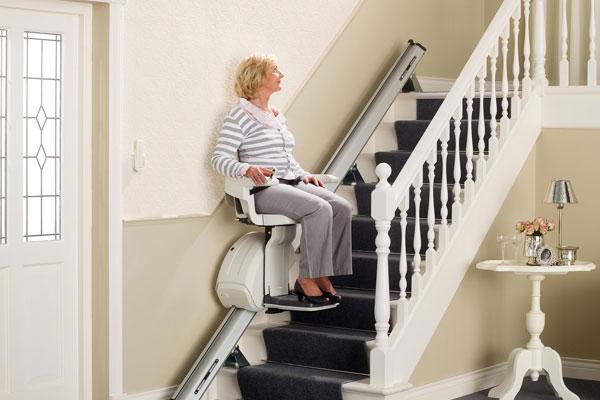 mujer mayor usando salvaescaleras