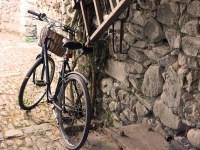 Evangelio apc Casa de piedra con bici