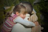 Evangelio apc Padre e hija abrazados