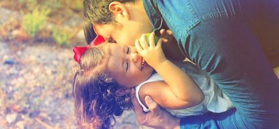 Evangelio apc Padre e hija jugando