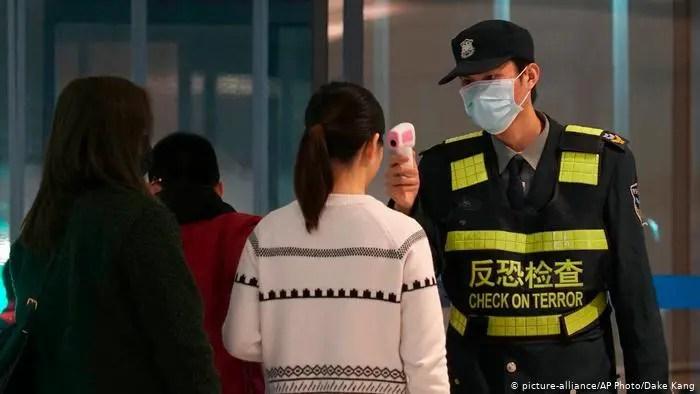 ¡Amor en tiempos de Coronavirus! La foto de la pareja china que le da la vuelta al mundo
