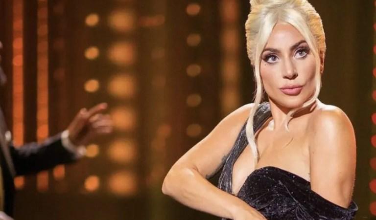 Lady Gaga presumió su bufanda hecha con billetes de 100 dólares 💵👩🏼