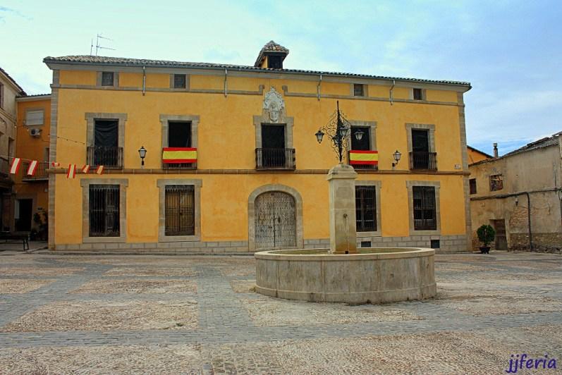 Fuente de la Plaza Mayor y Palacio de los obispos de Cuenca frente al Ayuntamiento.