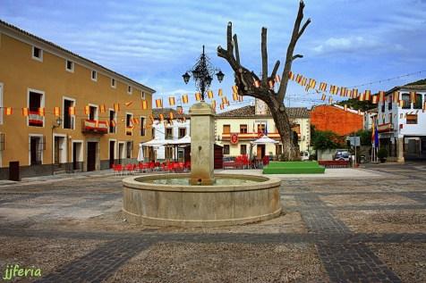 Plaza Mayor con la fuente y su centanaria olma, majestuoso ejemplar de árbol declarado monumento natural.