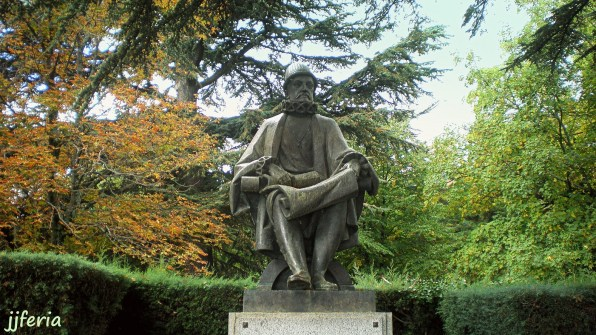 Estatua de Felipe II en Monasterio de El Escorial.