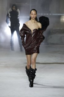fsfwpa02.05b-fashion-week-paris-h-w-17-18-yves-saint-laurent-lowres
