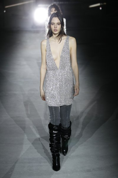 fsfwpa02.105b-fashion-week-paris-h-w-17-18-yves-saint-laurent-lowres
