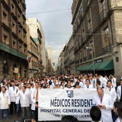 Pasantes de medicina anuncian paro nacional de labores por recortes