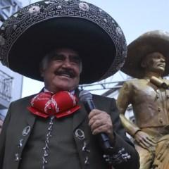 Develan estatua de Vicente Fernández en Plaza de los Mariachis