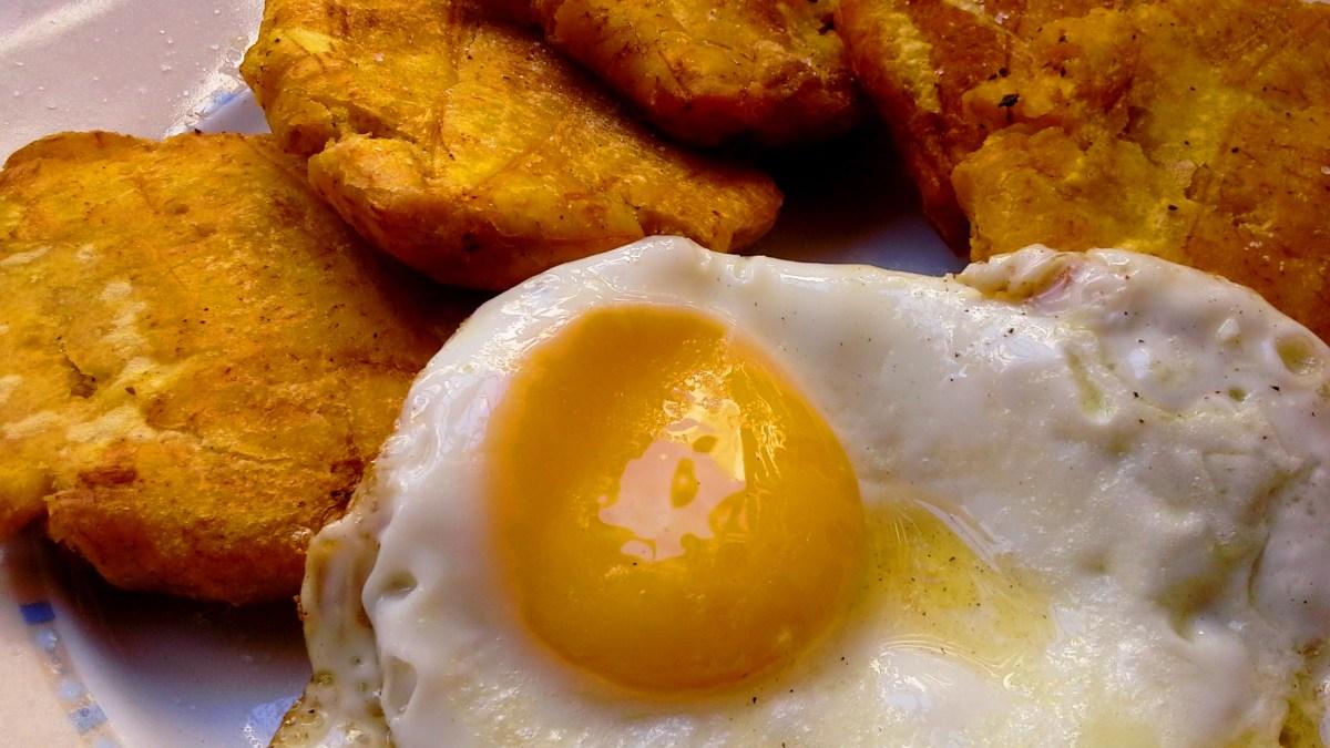 Tostones con huevo frito desayunos dominicanos  elfogoncitonet